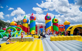 The world's biggest bounce house features basketball hoops, an inflatable obstacle course, a ball pit, a DJ and more. The biggest bounce house in the world, a gigantic 10,000-sq ft leviathan, is travelling across the USA, hosting events open to the public at a range of different locations.