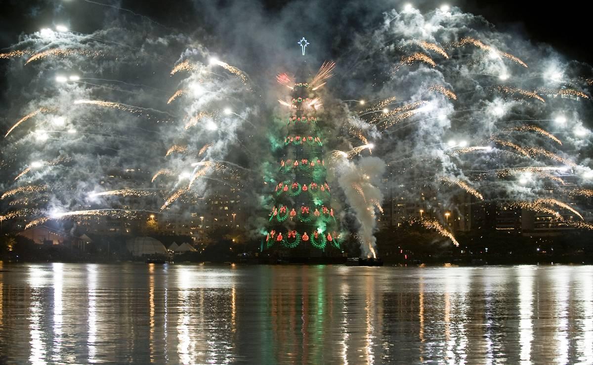 Largest Floating Christmas Tree: Brazil Breaks Guinness