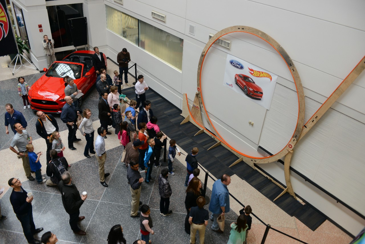 http://www.worldrecordacademy.com/biggest/img/215322_largest_Hot_Wheels_track_loop.jpg