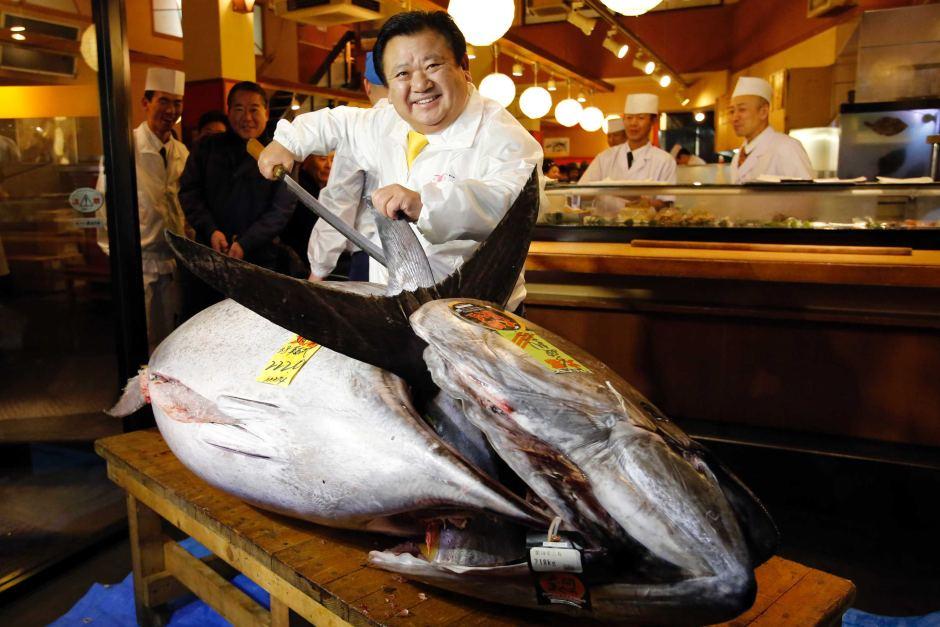 Photo Winning Bidder Kiyoshi Kimura President Of Kiyomura Co Poses With A Bluefin Tuna In Front His Sushi Zanmai Restaurant Near Tsukiji Fish Market