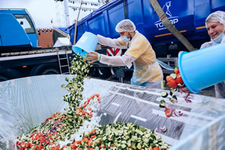 Petros Lambrinidis managed to create the gigantic 20-tons salad (!) with the help