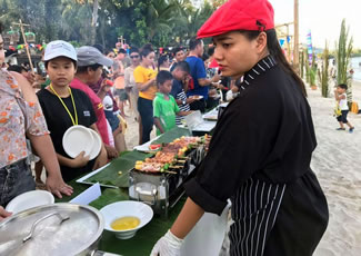 The 2.5-kilometre-long beach buffet, free and open to the public, was arranged on Chaweng Beach as part of the five-day festival, which ran from 7-11 September to celebrate the 120th anniversary of the island's founding in 1897.