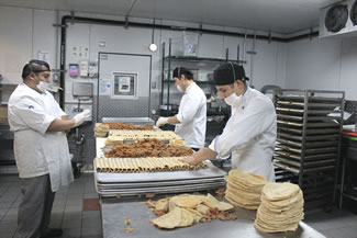 A team of 89 cooks led by one chef began work at 6:00am sharp to prepare 495 kilograms of beef skirt steak, 3,956 kilos of tortillas, 300 kilos of avocados, 165 kilos of panela cheese (a white, fresh and smooth Mexican cheese) and 200 litres of sour cream.