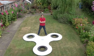 British inventor Tony Fisher made the world's largest fidget spinner, which stands 2.8 meters tall with a diameter of over 3.3 meters (nearly 11 feet) and weights 20 kilograms.