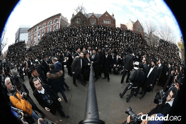 largest religious selfie orthodox rabbis set world record despite guinness missing category video. Black Bedroom Furniture Sets. Home Design Ideas