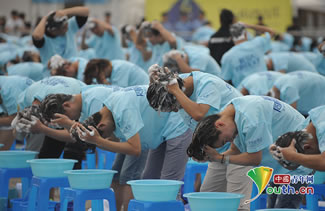 China sets World Record for most people washing their hair simultaneously. Photo: China Youth Daily