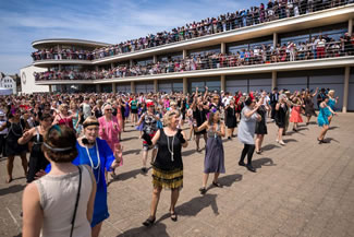 A total of 1,086 people, dressed in 20s garb, took part in the event by the De La Warr Pavilion.