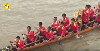 A dragon boat team from south China's Guangxi Zhuang Autonomous Region Friday set a new world record for the longest distance covered by a dragon boat within an hour. The record, 13,518 meters, was achieved by the 22-member Renhe team from Cangwu County, rowing a 18.3-meter-long, 1.2-meter-wide dragon boat in the Xunjiang River.