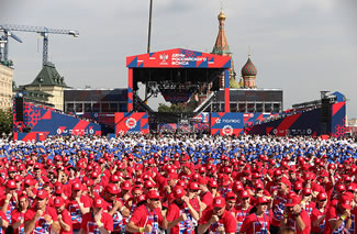 Two-time Olympic boxing champions Olga Saitova and Alexei Tischenko taught 3,000 boxing fans in Moscow's Red Square.