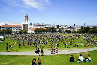 A total of 427 participants did simultaneous handstands in Dolores Park, San Francisco, California, thus setting the new world record for the most people doing a handstand simultaneously, according to the World Record Academy.