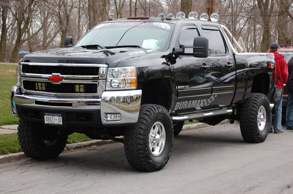 largest chevy truck parade world record set by heinrich chevrolet. Black Bedroom Furniture Sets. Home Design Ideas