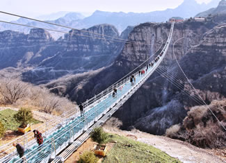 A bridge 430 meters long and 6 meters wide opened last year in the Grand Canyon Scenic Area in Zhangjiajie, Hunan province. It stands at 218 meters above the valley between two steep cliffs in Hongyagu Scenic Area in Pingshan county.